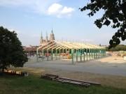 Construction des tentes de la fête de la bière avec un fond l'église Saint Paul Kirche