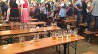 Table à la fête de la bière avec des Masskrug vide.